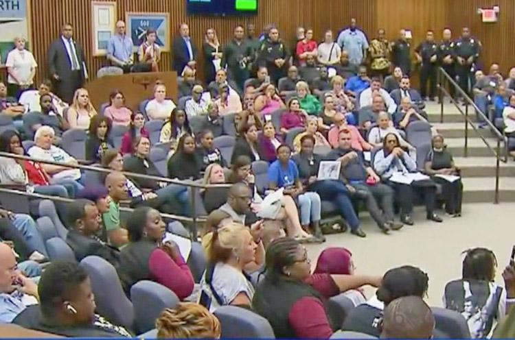 Indignados por muerte de Atatiana Jefferson a manos de policía de Ft. Worth, trabajadores abarrotaron el ayuntamiento el 15 de octubre; 200 que no pudieron entrar protestaron afuera.