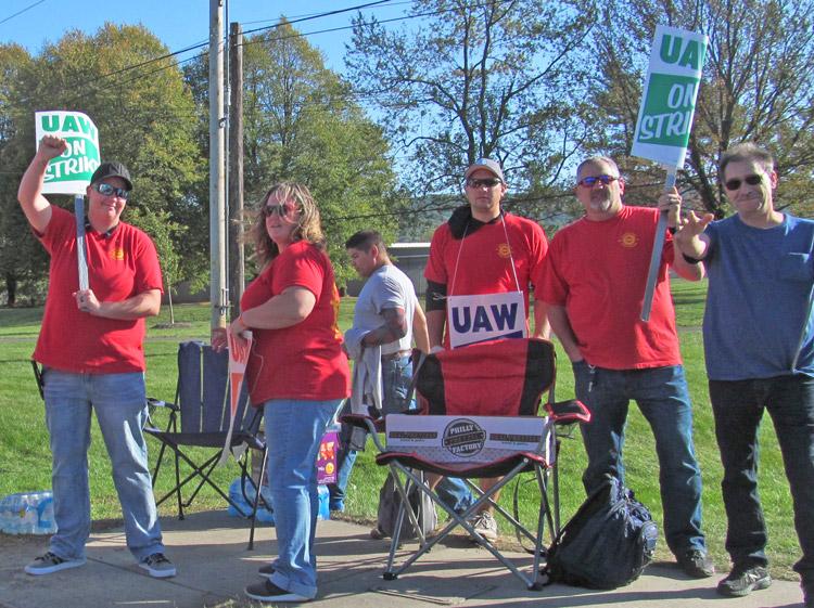 Miembros del sindicato UAW en planta de Mack Truck en Macungie, Pensilvania, exigen salarios y beneficios iguales para obreros temporarios y permanentes, 14 de octubre.