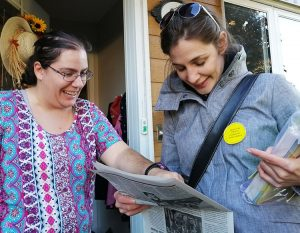 Communist League campaign supporter Amelie Lanteigne, right, introduces Militant to Michelle Guay in Beloeil, Quebec, Oct. 19. Guay said she backs Steelworkers strike at Galvano plant.