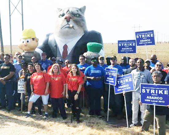 Sindicalistas dan apoyo a mineros en huelga, nov. 6, Amarillo, Texas, que están resistiendo ataque antisindical de Asarco, el gigante consorcio del cobre. Gato gordo representa a dueños.