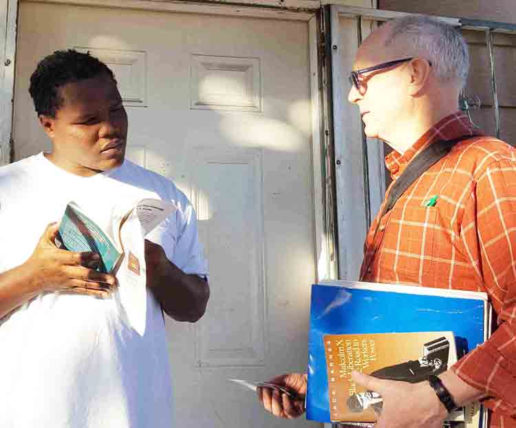 SWP member George Chalmers, right, discusses victory by family of Rodney Reed winning stay of execution with bricklayer Paul Young at his home in Fort Worth, Texas, Nov. 23. Young got Militant subscription, copy of The Clintons' Anti-Working-Class Record book.