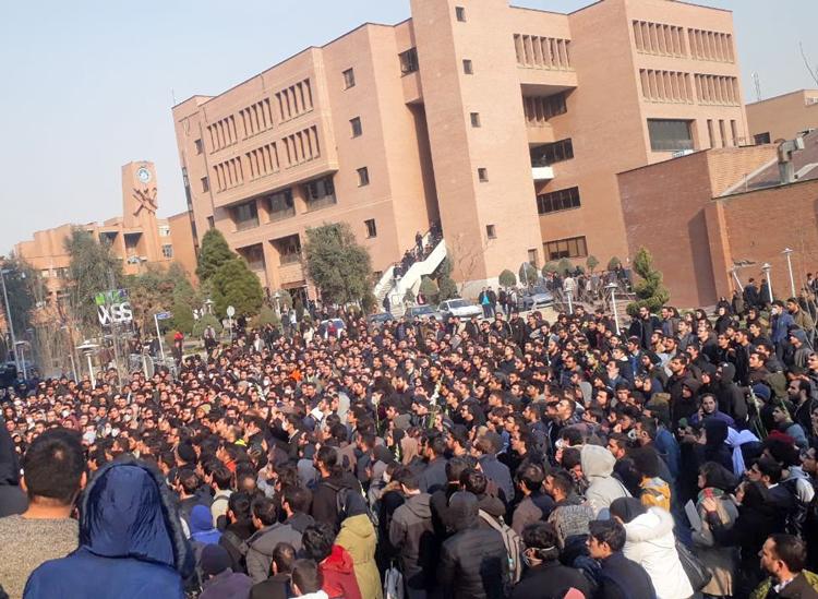 Manifestantes en la Universidad Sharif de Tecnología en Teherán el 13 de enero, parte de crecientes protestas contra guerras del gobierno, crisis económica y ataques a derechos políticos.