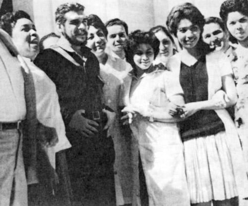 Ernesto Che Guevara, segundo de la izq., con voluntarios cubanos en Argelia, 1964, la primera misión médica internacionalista de Cuba, parte de ayuda a lucha por independencia de Argelia.