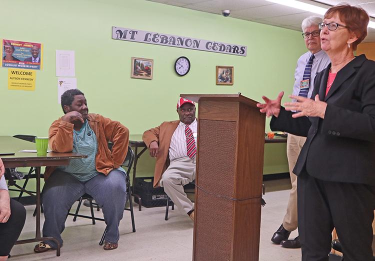 Candidata presidencial del Partido Socialista de los Trabajadores, Alyson Kennedy, en reunión en complejo habitacional de Louisville, organizada por residente Lamont Anthony, sentado con corbata.