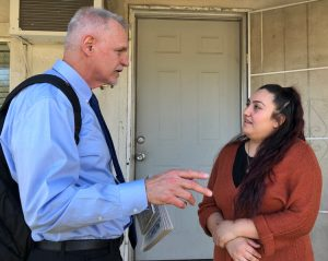Dennis Richter, Socialist Workers Party candidate for U.S. Congress in California, discusses party's working-class program with dental assistant Mayra Mejía in Lathrop Feb. 16.