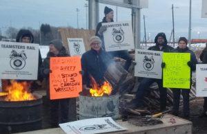 """Línea de piquetes de unión Teamsters en Quebec City, noviembre 2019, durante huelga contra CN Railway el año pasado """"por la seguridad"""" de los trabajadores ferroviarios y de las comunidades."""