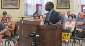Malcolm Jarrett, candidato del PST para vicepresidente, habla en audiencia pública el 30 de julio de 2019. Dijo que los trabajadores necesitan luchar por el control de la producción para detener la contaminación causada por la fábrica de U.S. Steel en Clairton, Pensilvania.