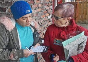"""Michele Smith, right, campaigner for SWP presidential ticket of Alyson Kennedy and Malcolm Jarrett, talks with construction and maintenance worker Maria Parada in Seattle Feb. 22. """"It's good to know about the world,"""" Parada said, as she got a Militant subscription."""