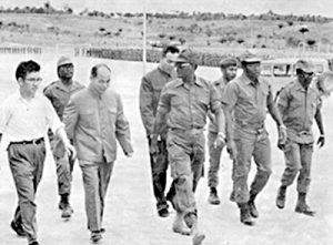 Angola, 1975 o 1976: Asesores chinos en campamento de guerrilla angolana aliada al apartheid sudafricano y Washington. Unos 425 mil internacionalistas cubanos fueron como voluntarios a Angola para ayudar a fuerzas de liberación que combatieron invasiones sudafricanas entre 1975 y 1991. Beijing ayudó a fuerzas reaccionarias comandadas por Holden Roberto (centro, con gafas de sol) y el grupo encabezado por Jonas Savimbi al lado opuesto de las barricadas de la dirección revolucionaria cubana.