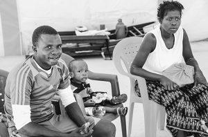 Trois patients qui se sont rétablis. Ainsi immunisés, certains anciens patients sont demeurés pour travailler avec les médecins.