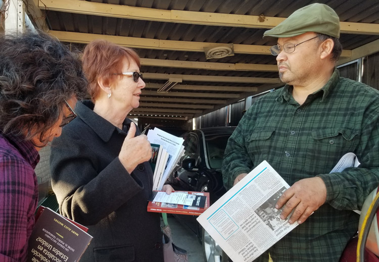 SWP presidential candidate Alyson Kennedy talks with auto mechanic Rogelio Rodriguez at his home in Dallas Jan. 24. Working people need to break with the capitalists' parties, she said.