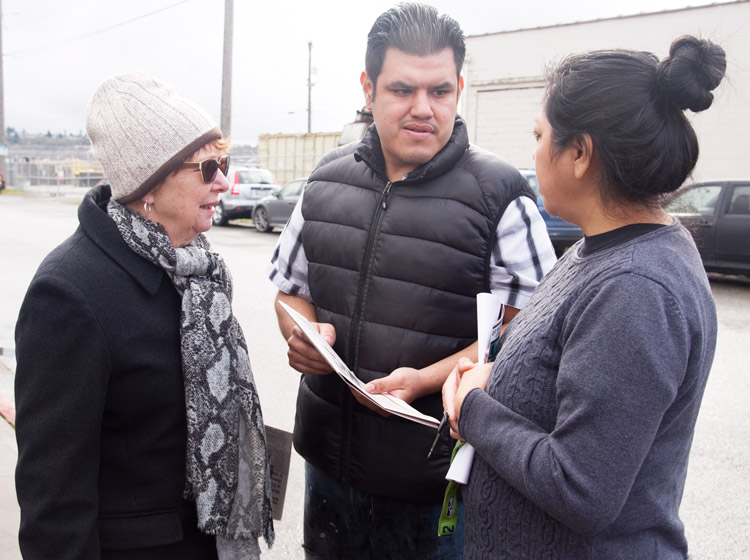 At rally against conditions at detention center in Tacoma, SWP presidential candidate Alyson Kennedy, left, talks with Luis and Rufina Arenas, who came to visit locked-up family member.