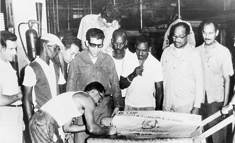 Cuban workers and farmers, many having just learned to read and write through mass literacy campaign, sign Second Declaration of Havana, 1962. In face of U.S. imperialist attacks, they defiantly showed their support for Cuba's socialist revolution, and for struggles for popular power throughout the Americas.
