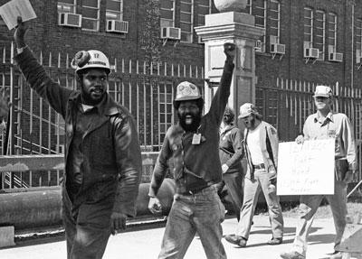 Miembros del Local 8888 del sindicato del acero, 12 de noviembre de 1979, durante exitosa lucha para sindicalizar astillero en Newport News, Virginia. La batalla mostró el fortalecimiento de la clase trabajadora en EE.UU., producto de masivas luchas lideradas por negros que derribaron la segregación racial institucionalizada en el Sur.