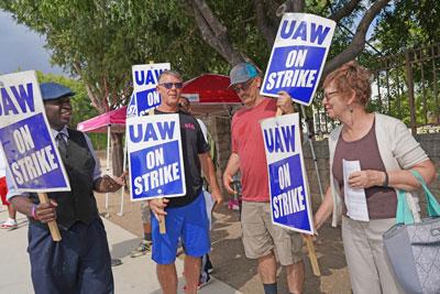 Alyson Kennedy (der.) y Malcolm Jarrett (izq.), candidatos del PST a presidente y vicepresidente de EE.UU., se suman a línea de piquetes de obreros automotrices en Arlington, Texas, durante huelga de General Motors, septiembre de 2019.