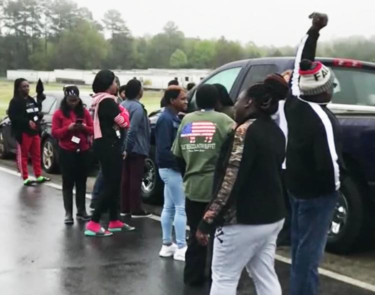 Trabajadores en procesadora de pollos Perdue en Kathleen, Georgia, dejaron sus puestos marzo 23 para exigir que los patrones desinfecten la planta para protegerlos del coronavirus.