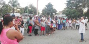 Le directeur de la santé publique, Rolando Camejo, rencontre les dirigeants des syndicats, des quartiers et des groupes de femmes de la province de Camagüey à Cuba le 13 mars pour faire face à la menace du coronavirus sur les lieux de travail et dans les écoles. Cuba révolutionnaire ne laisse personne à lui-même.