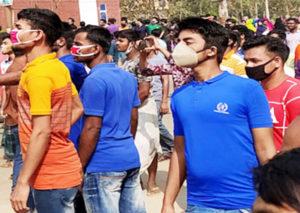 Obreros de la costura en fábrica Crown Wears en Bhaluka, Bangladesh, protestan el 6 de abril para exigir salarios que les deben de marzo. Tras cierre de 10 días los recibió un letrero que decía que la fábrica continuaría cerrada y que se les informaría después sobre sus pagos.