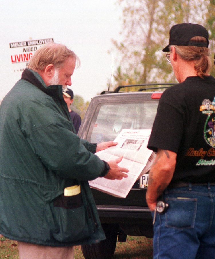 Frank Gorton, left, shows Militant to striking UFCW members in Toledo, Ohio, 1998.