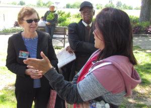 Alyson Kennedy, candidata para presidente (izq.), habla con despachadora Janet Sanchez en protesta de camioneros en Washington contra las tarifas bajas que reciben y regulaciones onerosas.