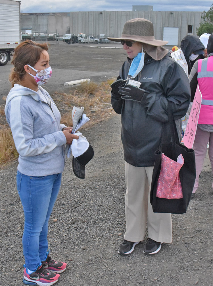 SWP presidential candidate Alyson Kennedy, right, talks with striking fruit packing worker in Yakima, Washington, May 24.
