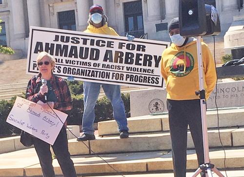 Candace Wagner, candidata del PST para el congreso en Nueva Jersey, habla en protesta el 13 de mayo en Newark, a raíz del asesinato de Ahmaud Arbery por justicieros en Georgia.