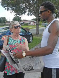 Cindy Jaquith, entonces candidata del PST para alcalde de Miami en enero de 2017, habla con Robert Brooks III en West Perrine, Florida.