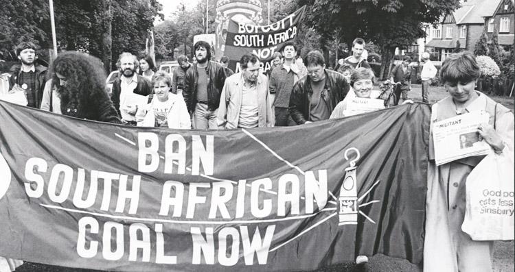 Alan Harris y su esposa Connie jugaron un papel clave en el establecimiento de un partido comunista en Reino Unido. Harris también fue dirigente del movimiento comunista en Canadá. Arriba, Harris (centro, al frente) marcha en 1987 en gala de mineros en Mansfield. Derecha, Harris promueve Militante y libros de revolucionarios en protesta contra recortes a asistencia pública en Londres en 2010.