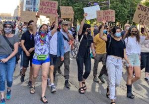 Multinacional y juvenil fue la manifestación de miles que marchó por varias horas en el centro de Minneapolis el 28 de mayo para exigir juicio de policías que mataron a George Floyd.