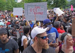 Más de 60 mil personas participaron en una protesta el 2 de junio en Houston contra la muerte a manos de la policía de George Floyd en Minneapolis. Han habido cientos de protestas en EUA.