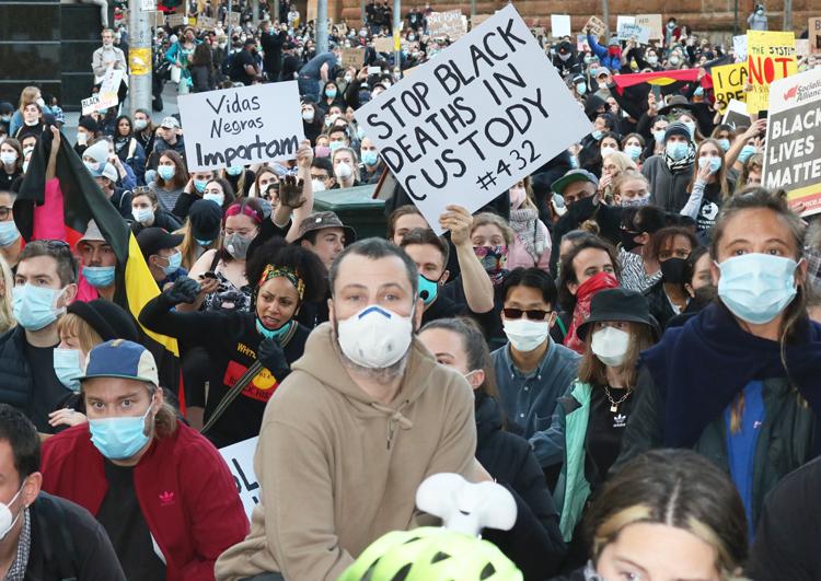 """Decenas de miles protestaron en Sydney (arriba) y en toda Australia el 5-6 de junio en solidaridad con protestas en EUA contra brutalidad policial. Letrero dice, """"Alto a muertes de negros en custodia"""", en referencia a las 432 muertes de aborígenes por policías desde 1991."""