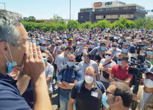 """Obreros de Nissan en Barcelona, 28 de mayo, exigen que patrones cancelen cierres de fábricas destinados a apuntalar sus ganancias. """"Si esto no se arregla, ¡guerra, guerra, guerra!"""", corearon."""