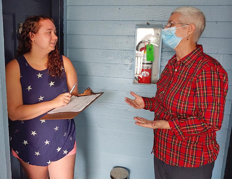 """Mary Martin (der.), en Kent, Washington, 22 de julio hace campaña por candidatos del PST. Kathleen Jones, una trabajadora de cruceros, estuvo estancada en el mar por dos meses en cuarentena. """"Firmaré por los candidatos"""", dijo al escuchar sobre el programa del PST."""