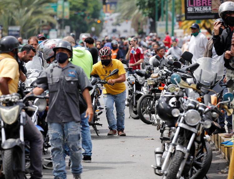 Cola para comprar gasolina en Caracas el 1 de junio, tras recorte en subsidio estatal, fin del monopolio estatal en la venta de combustible. Las devastadoras sanciones económicas de Washington buscan derrocar al gobierno de Nicolás Maduro.