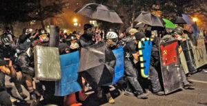 Fuerzas de antifa durante protestas en Portland, 20 de julio. La glorificación de choques con la policía — que los liberales maquillan diciendo que destruir propiedades no es violencia — no tiene nada que ver con la lucha contra el racismo. Da pretextos al gobierno para atacar los derechos y la lucha contra la brutalidad policial.