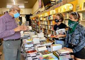 Eso Won Books co-owner James Fugate talks with customers in Los Angeles. Protests against cop killing of George Floyd led to jump in sales of political books. Supporters of Pathfinder Press are campaigning to increase distribution of books by SWP leaders, other revolutionaries.