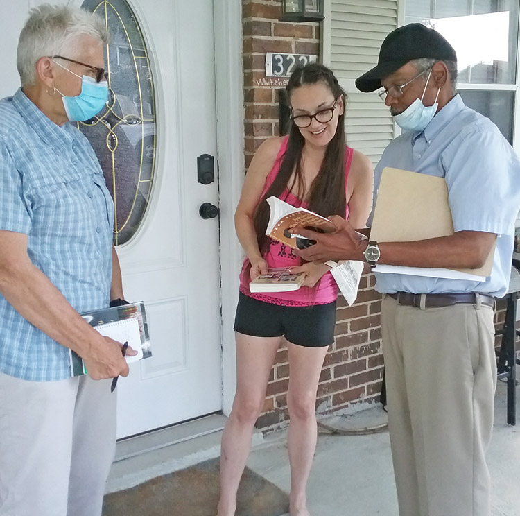 Valerie Whitehead, center, signed to put SWP presidential ticket on ballot in Tennessee after campaigners Maggie Trowe, left, and James Harris came by her neighborhood in Nashville Aug. 6.