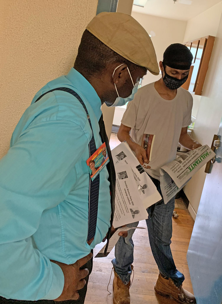 """""""Workers need a labor party rooted in building a union movement in every workplace,"""" SWP vice presidential candidate Malcolm Jarrett told construction worker Osvaldo Rabelo, right, in Newark, New Jersey. """"I'm happy to see another party, another option,"""" Rabelo replied."""