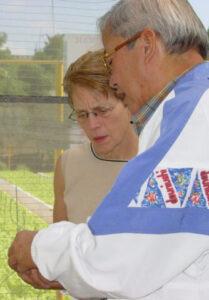 """La Habana, 2004: Mary-Alice Waters con el general Moisés Sío Wong, entonces director del programa de huertas urbanas en Cuba, que se inició en los años 90 para responder a las necesidades alimentarias durante las dificultades del """"Período Especial""""."""