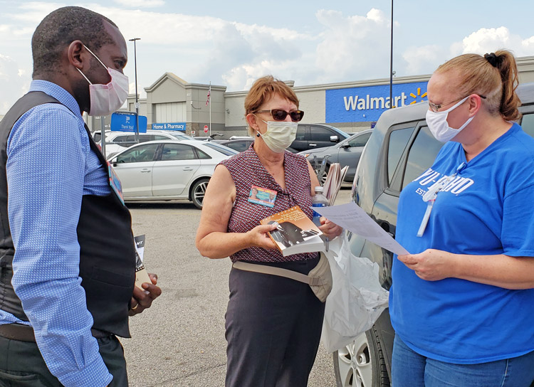 Amanda Allen, right, talks with SWP candidates Alyson Kennedy for president and Malcolm Jarrett for vice president in Forney, Texas, Sept. 17. Allen decided to join them in campaigning.