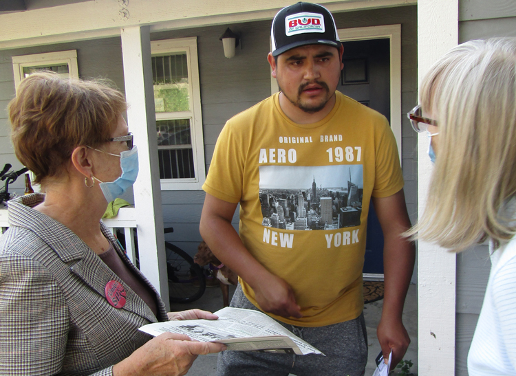 """Omar García told SWP presidential candidate Alyson Kennedy, left, """"I support unions."""" We need unions in every workplace, Kennedy said, to fight for our jobs, wages and conditions."""