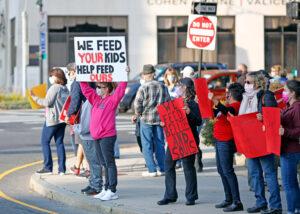 Trabajadores de cafetería escolar en Pittsfield, Massachusetts, apoyados por maestros y residentes exigen que escuela suspenda plan de despedir a 50 de los 70 trabajadores de la cafetería.
