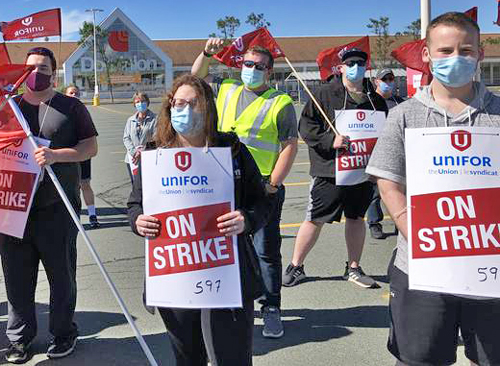 Aug. 23 picket at Dominion store in Mount Pearl, Newfoundland. Some 1,400 workers rejected contract and went on strike after bosses took back $2 pay raise begun during pandemic.