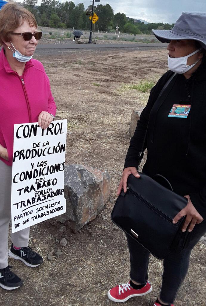 Alyson Kennedy, à gauche, candidate du SWP à la présidence des États-Unis, et Angie Lara, en grève contre la compagnie Allan Brothers, à Naches, dans l'État de Washington, le 19 mai. Angie Lara est membre des Trabajadores Unidos por la Justicia.