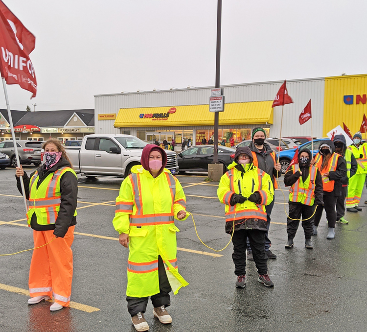Rally at nonunion No Frills supermarket, Paradise, Newfoundland, Oct. 8. Some 1,400 Unifor Local 597 members have been on strike against Dominion grocery store bosses since Aug. 22.