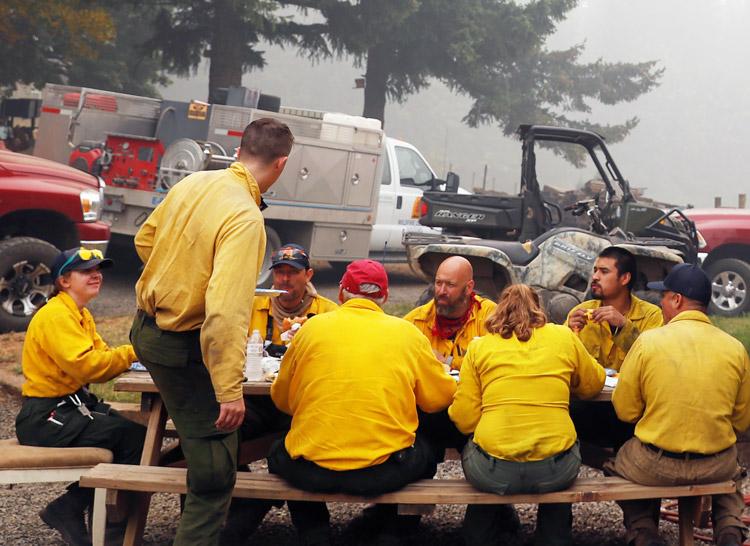 Algunos de los 1 200 miembros de brigada de voluntarios que combatieron el incendio forestal Riverside comparten descanso en granja cerca de Molalla, Oregón, 16 de septiembre.