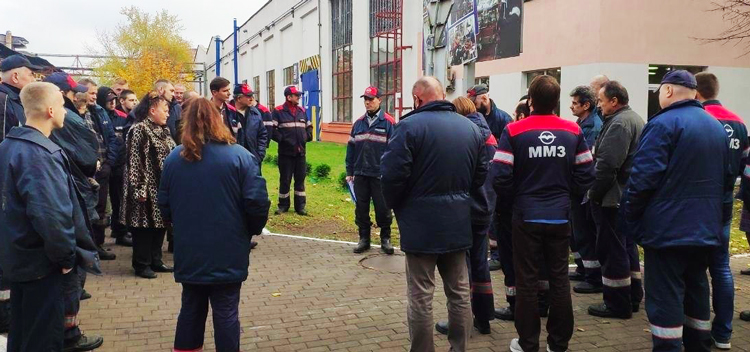 Minsk motor plant workers at MTZ discuss next steps in strike action against regime, Oct. 26.