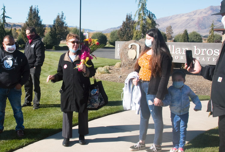 SWP presidential candidate Alyson Kennedy at Naches, Wash., Nov. 2 commemoration of worker David Cruz, who died of COVID. Trabajadores Unidos por la Justicia union is fighting for safety at packinghouses. Defending political rights of SWP is also defense of union rights.
