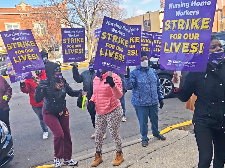 Unos 700 trabajadores en 11 residencias de ancianos de Infinity en Chicago inician huelga por salario y seguridad el 23 de noviembre. Arriba, protesta en residencia South Point en Chicago.