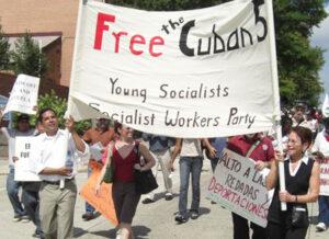 À droite, Mary-Alice Waters, une dirigeante du SWP, et à gauche, Róger Calero, le candidat du parti à la présidence en 2008, portent une bannière lors d'une manifestation en septembre 2008 pour libérer les Cinq Cubains. Parmi les autres participants, il y avait les Pasteurs pour la paix, le Réseau national sur Cuba, le Parti du socialisme et de la libération, le Parti vert et le Comité de Washington pour libérer les Cinq.